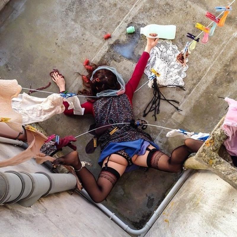 Arte in caduta libera di Sandro Giordano Esilaranti fotografie di gente che cade di faccia, IN EXTREMIS &